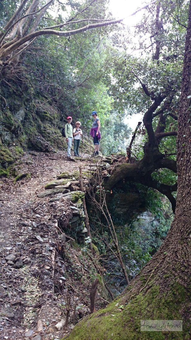 Die Wanderwege, die Stefanie Holtkamp ausgesucht hat, sind mitunter herrlich abenteuerlich (Korsika-Tour Nr. 39).
