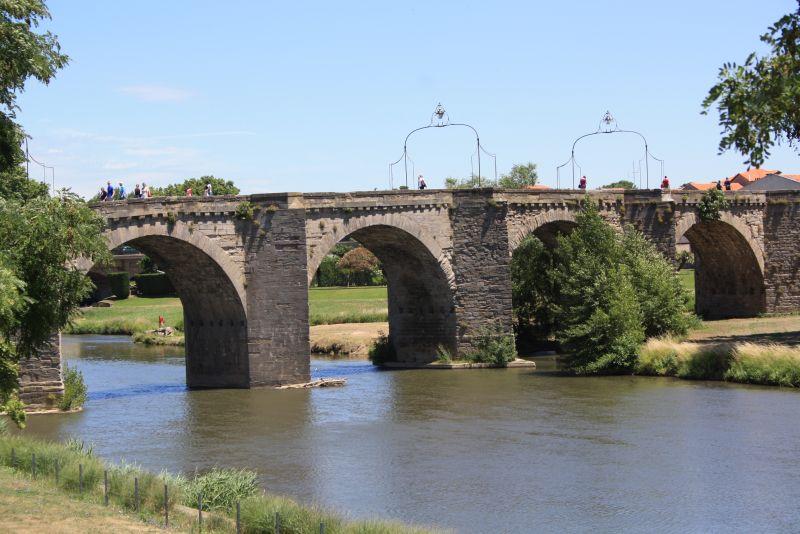 Die steinerne Brücke führt von der Cité zur Bastille, der Neustadt.