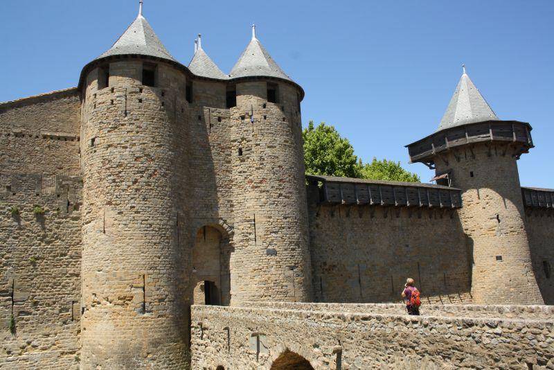 Bilderbuch-Burg: Sogar der hölzerne Wehrgang ist rekonstruiert. Er wurde übrigens auch damals nur im Bedarfsfall drangezimmert, wenn ein Krieg drohte.