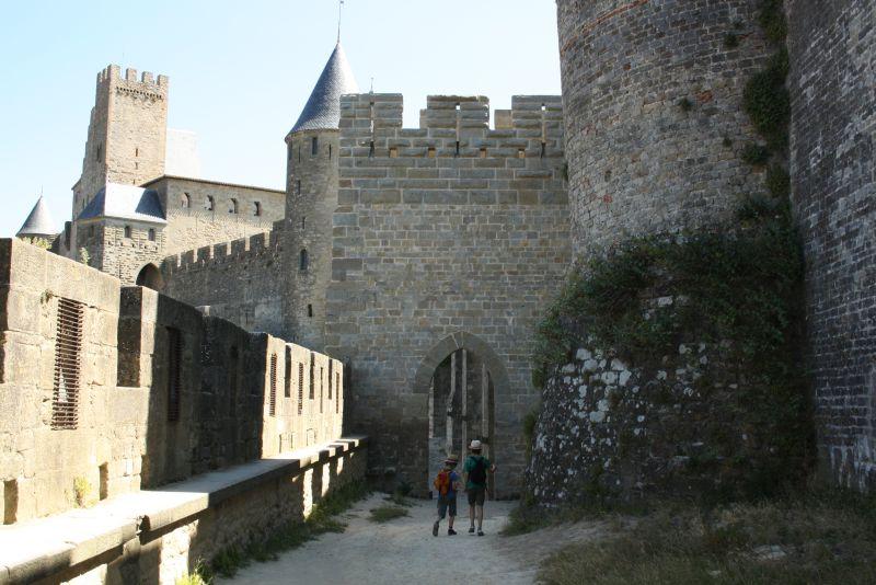 Sicher ist sicher: Carcassonne hat gleich zwei Stadtmauern, zwischen denen man herrlich Spazieren gehen kann. Apropos Sicherheit: Nicht jede Gefahrenstelle ist abgesperrt - Kinder nicht allein laufen lassen!