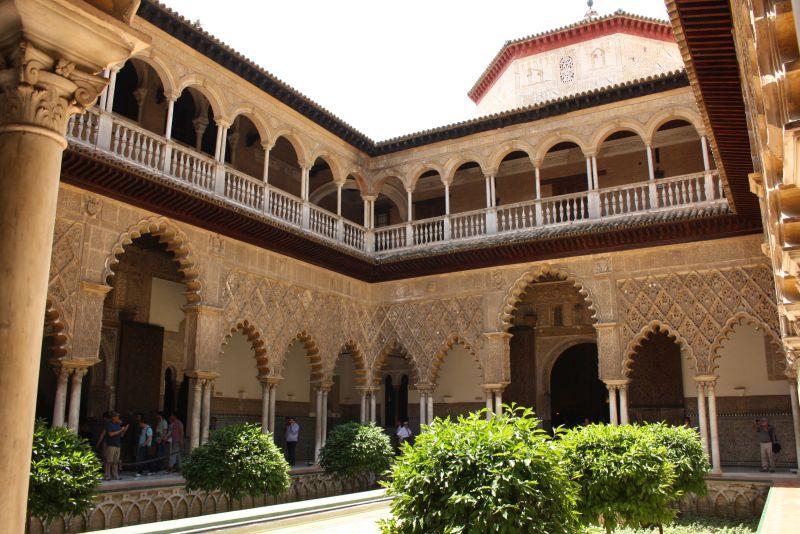 Stuck in märchenhaften Formen: Die Innenhöfe des Alcazar von Sevilla machen was her.