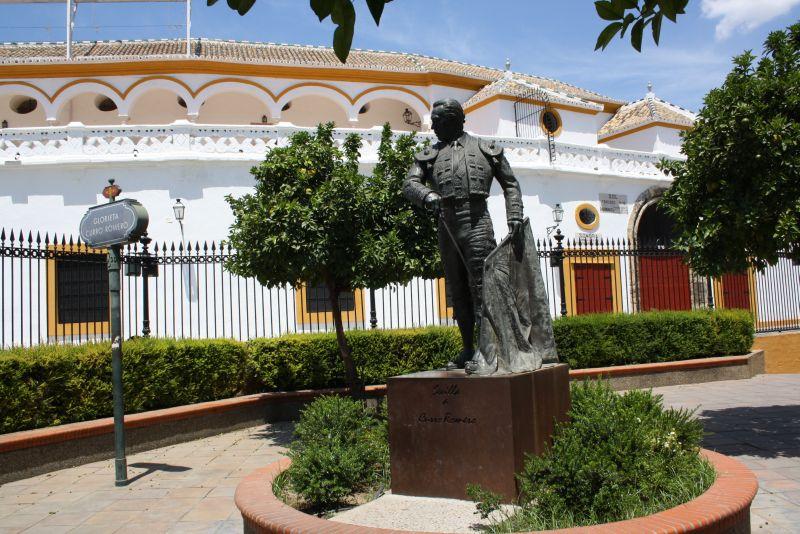 Stolze Toreros gibt es in Sevilla nicht nur aus Bronze, sondern auch in echt. Dieser hier steht vor der Stierkampfarena.