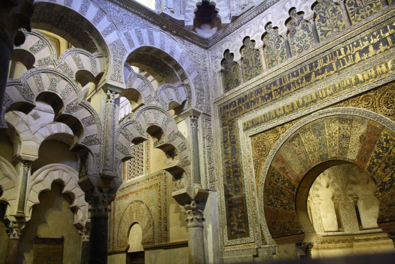 Üppige Pracht aus rosigen Zeiten: der Eingang zur islamischen Gebetsnische.