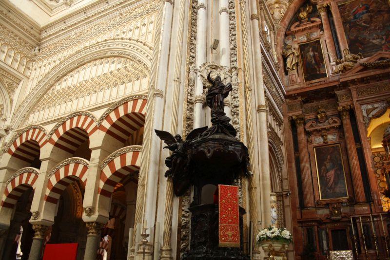 """""""Kontrastreich"""" wäre nett formuliert. Der barocke Altarraum passt nicht so richtig gut in die ehemals weltgrößte Moschee."""