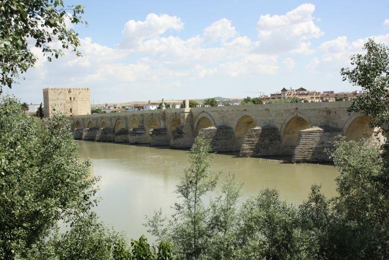 Die breite Fußgängerbrücke ist eine Hinterlassenschaft der Römer.