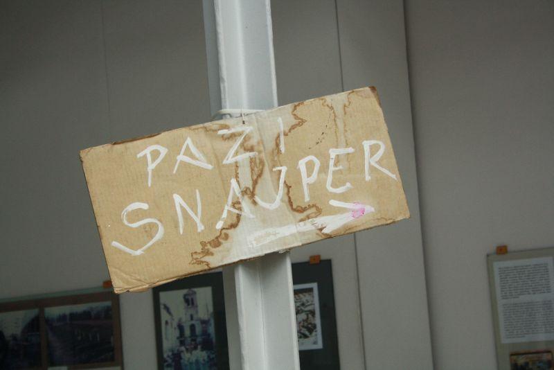 Zeugnis der Zeitgeschichte: Mit einem einfachen Pappschild wurde damals in Sarajevo vor Scharfschützen auf offener Straße gewarnt. Wer nicht rechtzeitig geflohen war, musste mit solchen Bedrohungen leben - oder sterben.