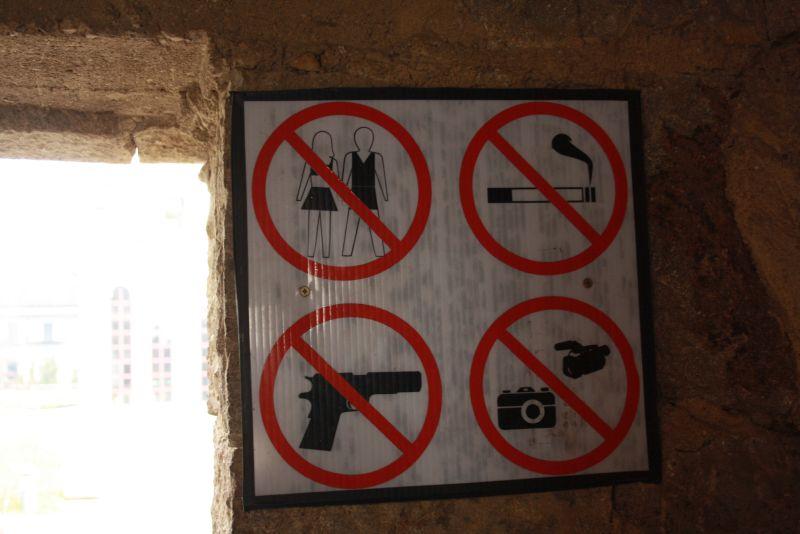 Das Verbotschild am Eingang eines Klosters in Kosovo wurde bestimmt nicht ohne Grund aufgehängt.