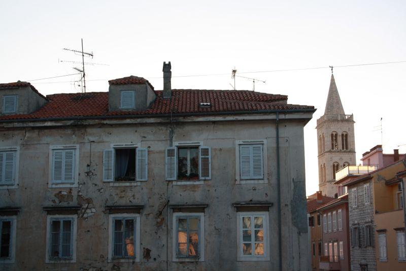 Auch im EU-Vorzeigeland Kroatien ist längst noch nicht wieder alles schick: Fassadenschäden von Splitter-Einschlägen in Zadar.