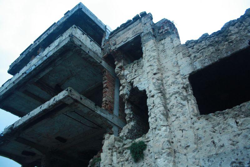 An vielen Ecken sieht es heute in Mostar wieder richtig hübsch aus. Aber es gibt auch noch viele Ruinen wie diese mitten in der Stadt. Es war halt Krieg, verdammt noch mal, und viele Menschen haben nur überlebt, weil sie rechtzeitig geflohen sind.