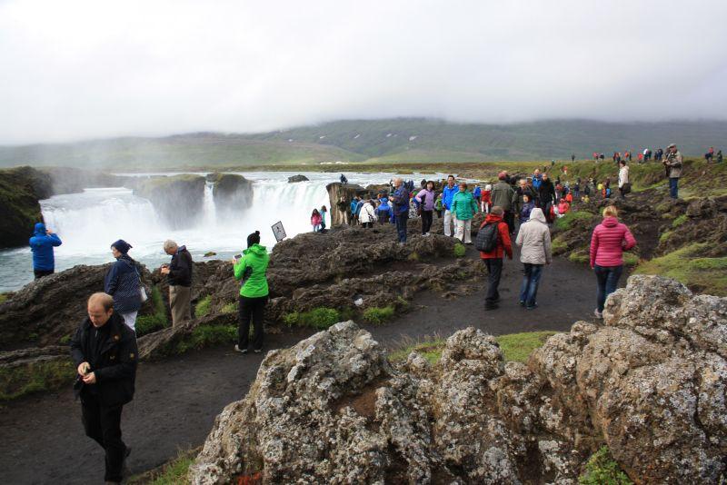 Der Godafoss bei Akureyri auf Island ist ein wunderschönes Naturschauspiel. Natürlich kann man ihn auch als Kreuzfahrtgast fotografisch gut in Szene sezten. Aber drumherum um die grandiosen Fotos sieht es so aus, das muss jedem klar sein, der so eine Reise bucht. (Und WIR hatten noch das große Glück, dass wir mit Mietwagen unabhängig waren und das Gewimmel nicht noch im - teureren - Ausflugsbus mit uns nehmen mussten.)