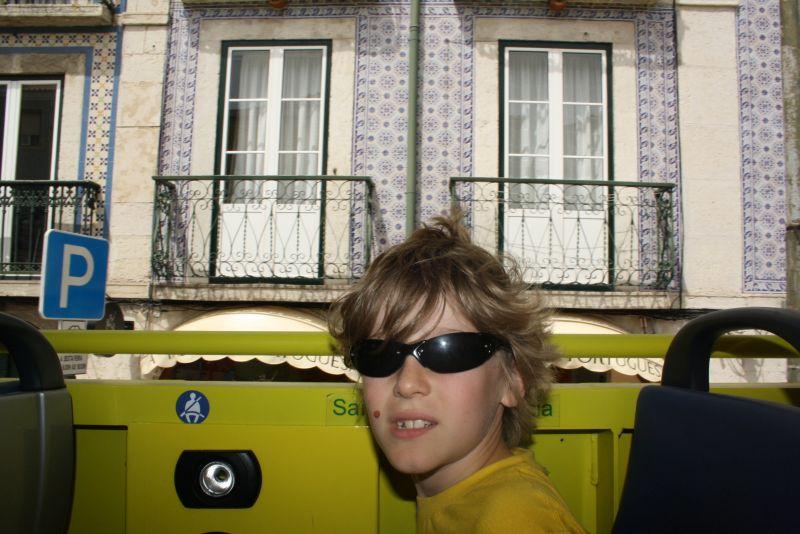 Ohne Sitzerhöhung reicht Silas' Blick gerade so über die Reling. Die typisch portugiesischen Fliesen-Fassaden entgehen ihm nicht.