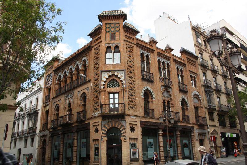 Viele Häuser aller Epochen lehnen sich an den maurisch-orientalischen Mudejar-Stil an.
