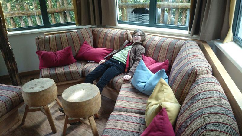 Janis beim Probesitzen im Baumhaus-Wohnzimmer.