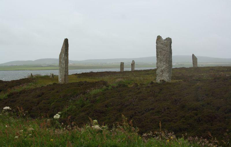 Große Steine in Heidelandschaft am Meer. Sieht auch nach gut 4000 Jahren noch schick aus.