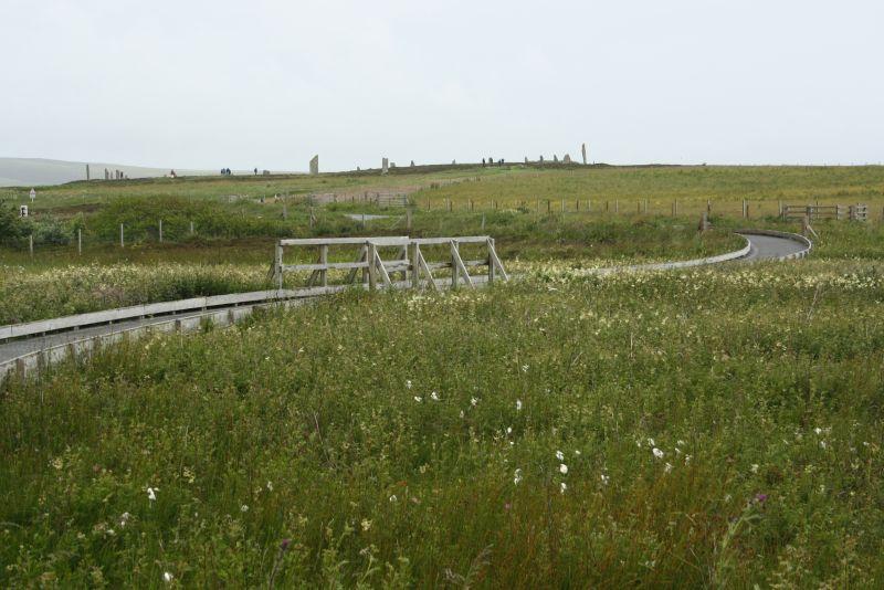 Orkney-Inseln an einem Tag: Der kurze Fußweg vom Parkplatz führt durch die Moorlandschaft und bietet einen ersten Blick auf den Ring of Brodgar, der in seiner Gesamtheit sonst auf kein Foto passt.
