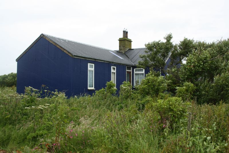Bunte Wellblechhäuser gibt es nicht nur auf Island, sondern traditionell auch auf den baumlosen Orkneys.