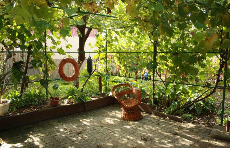 Ein bisschen windschief sind die Dinge in Rumänien oft, damit muss man schon rechnen (hier auf der Terrasse unserer Pension im Donaudelta).