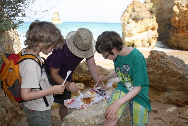 Strand-Picknick mit deutschem Kuchen aus der