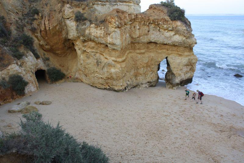 Familienurlaub an der Algarve: Wenn die Steilküste gegen Abend ihre Schatten wirft, sind wir ganz alleine am Praia do Camilo.