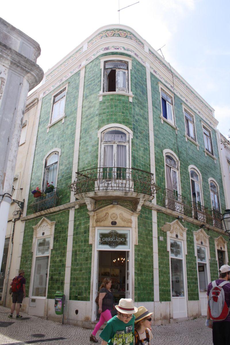 Familienurlaub an der Algarve: Fliesen an den Häuserwänden sind typisch für ganz Portugal - hier in Lagos.