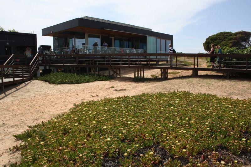 Das Café-Restaurant O Camilo befindet sich direkt am Strandzugang.