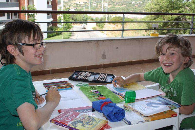 Travelschooling auf dem Balkon in Portugal.