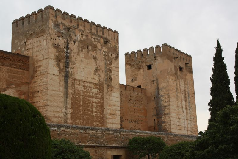 Die Alhambra kann nicht nur filigran - nach außen zeigten die maurischen Herrscher durchaus mehr Stärke als Feingeist.