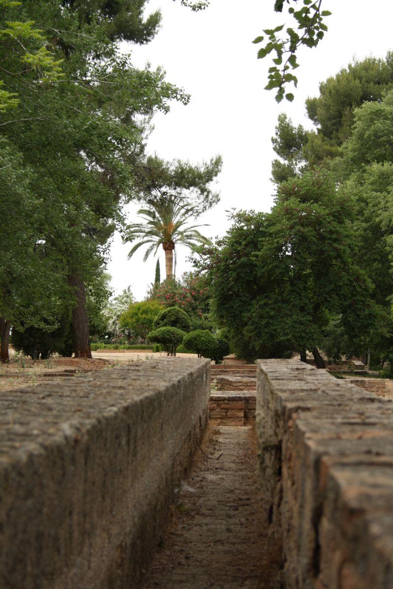 Auf dem Weg vom Haupteingang Richtung Nasridenpalast durchqueren wir ein Ruinenfeld, in dem wir auch die Geschichte der Bewässerung nachvollziehen können.