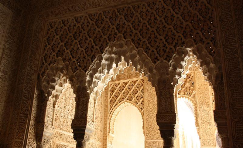 Die filigranen Stuckarbeiten sind das Markenzeichen der maurischen Baukunst.