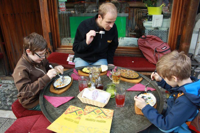 Essen in Sarajevo. Janis probiert gerne Neues aus.