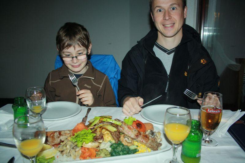 Weckt Vorfreude und hält (meistens) auch sein Versprechen: Essen auf dem Balkan kann richtig gut sein (hier in Mostar).