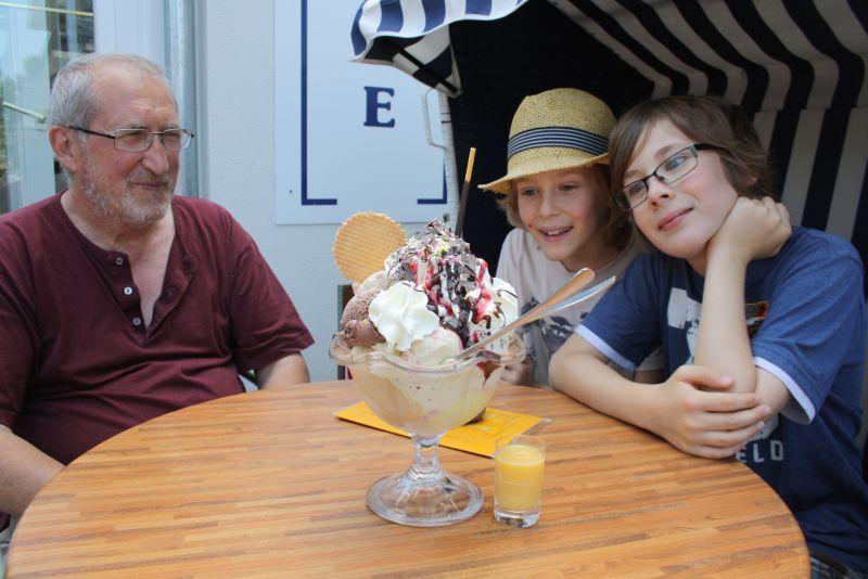 Opa hat den ganz großen Eisbecher gesponsert. Wie das Ensemble aufgeteilt wird, ist klar, ne?