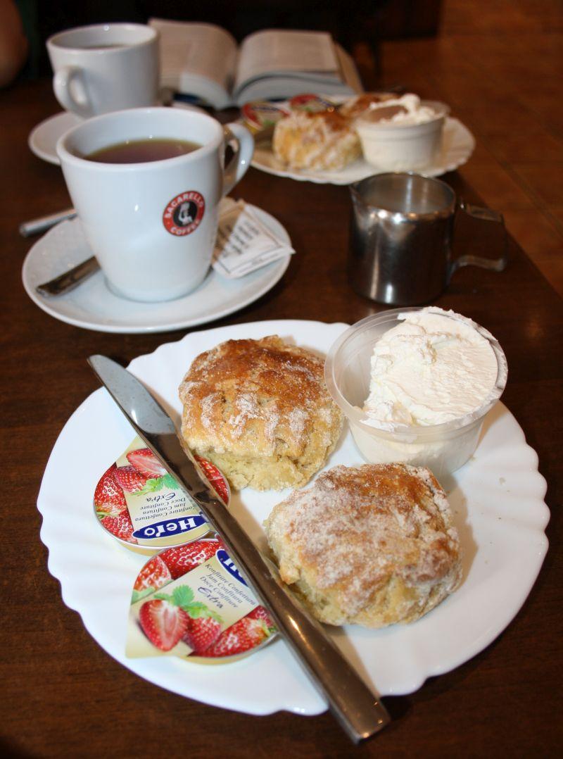 Creme tea mit Scones und clotted cream. So leicht bin ich glücklich zu machen.