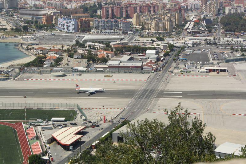 Achtung, Flugzeug von links! Eine Ampel regelt an dieser Kreuzung Fußgänger-, Auto- und Flugverkehr.
