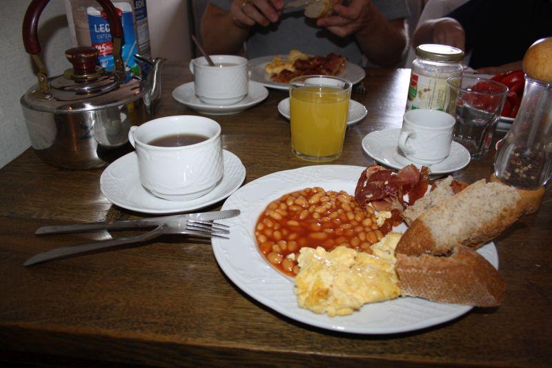 Englisches Frühstück, selbstgemacht in unserer Ferienwohnung.