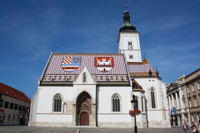 Die Georgskirche mit den bunten Dachziegeln ist ein beliebtes Postkartenmotiv.