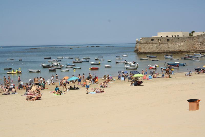 Wer auf so etwas steht, kann in in der Lage des Stadtstrands von Cadiz sicher etwas Malerisches erkennen.