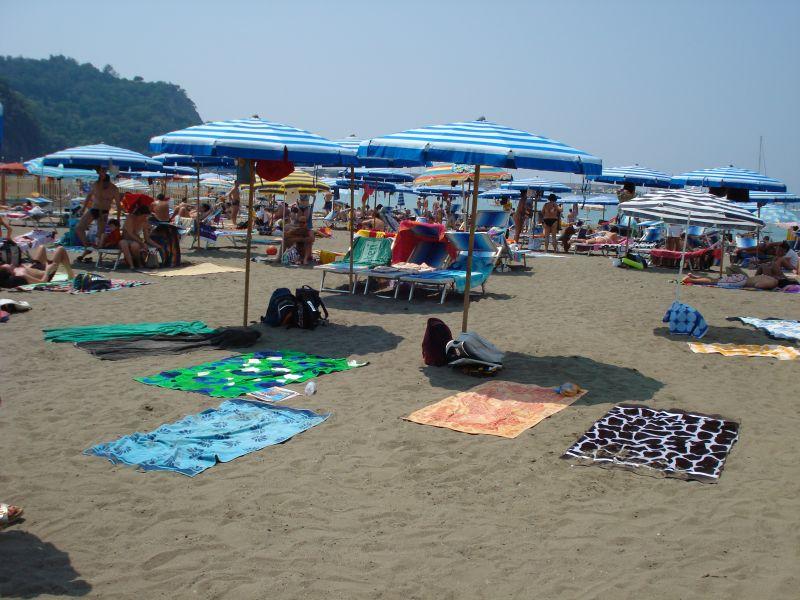 """Das ist der einzige """"richtige"""" italienische Strand, den wir je besucht haben. Das Foto stammt aus der Nähe von Genua und aus dem Jahr 2007."""