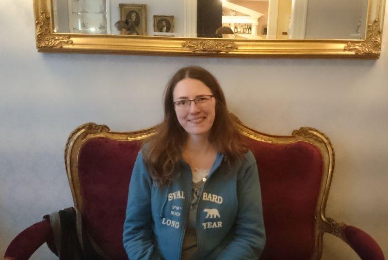 So muss das: Königin des Tages auf Plüsch-Thron im Café Gugelhupf (photo by Janis).