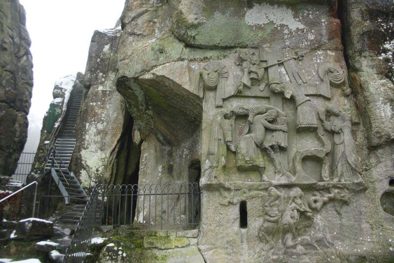 Am Fuß der Externsteine befindet sich der Zugang zu den Grotten und das mittelalterliche Relief.