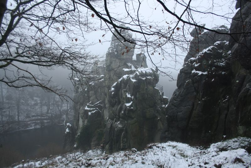 Wer bei Mistwetter vom Parkplatz Hermannsweg aus zu den Externsteinen wandert, sieht sie so aus dem Nebel auftauchen.
