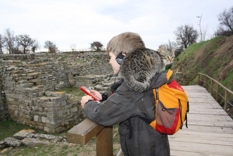 Die antiken Ruinen in der Türkei sind voller Katzen. Diese hier ließ sich gerne Huckepack tragen.