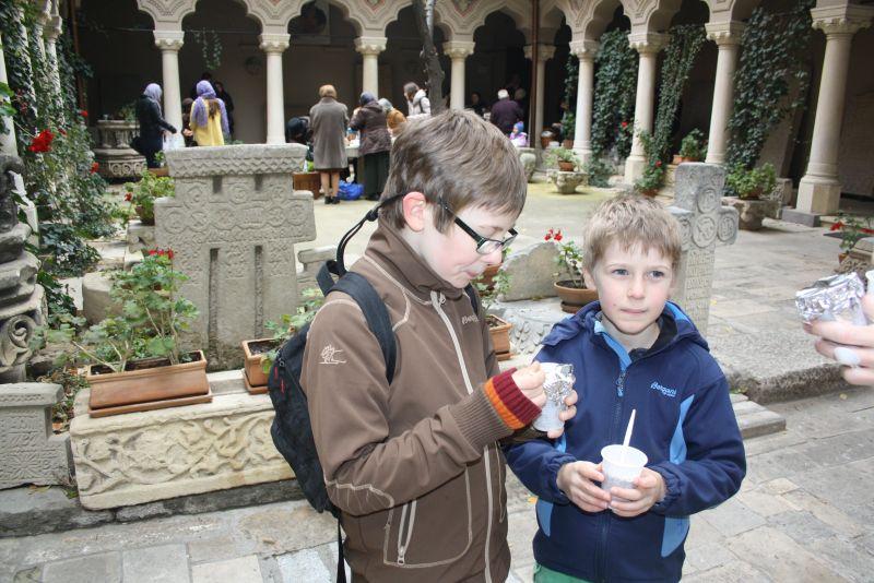 Ich hab zwar damals sogar daran gedacht, das Einverständnis der Jungs einzuholen, Fotos von ihnen im Blog zu veröffentlichen - aber ganz ehrlich, die wollt ihr nicht sehen... Stattdessen zeige ich hier ein Bild aus einem kleinen Kloster in Bukarest, in das wir völlig zufällig an Allerheiligen stolperten, zum großen Entzücken der Gläubigen, die an diesem Tag ihr Essen teilen möchten, vornehmlich mit Fremden. Den Augenblick selbst habe ich nicht fotografiert, aber es dauerte keine fünf Minuten, da hatten uns drei, vier ältere Leute umringt und drückten uns ihre traditionellen Feiertagssüßigkeiten in die Hand. Mangelnde Gastfreundschaft kann man den Rumänen wirklich nicht vorwerfen.