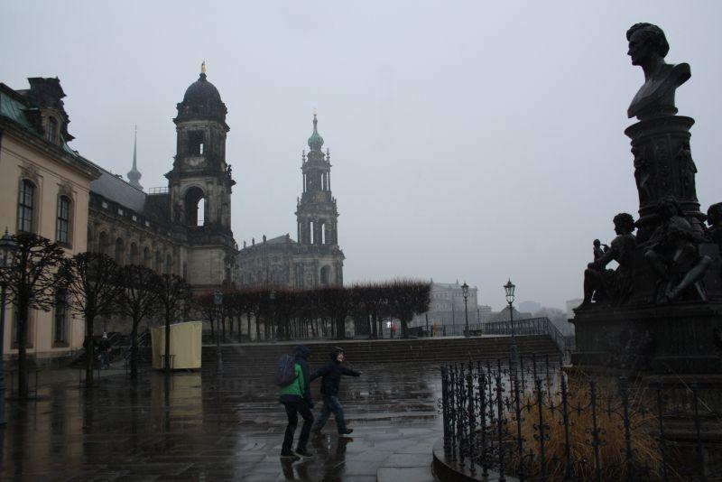 Dresden in trist: Schneeregen auf den Brühlschen Terrassen.