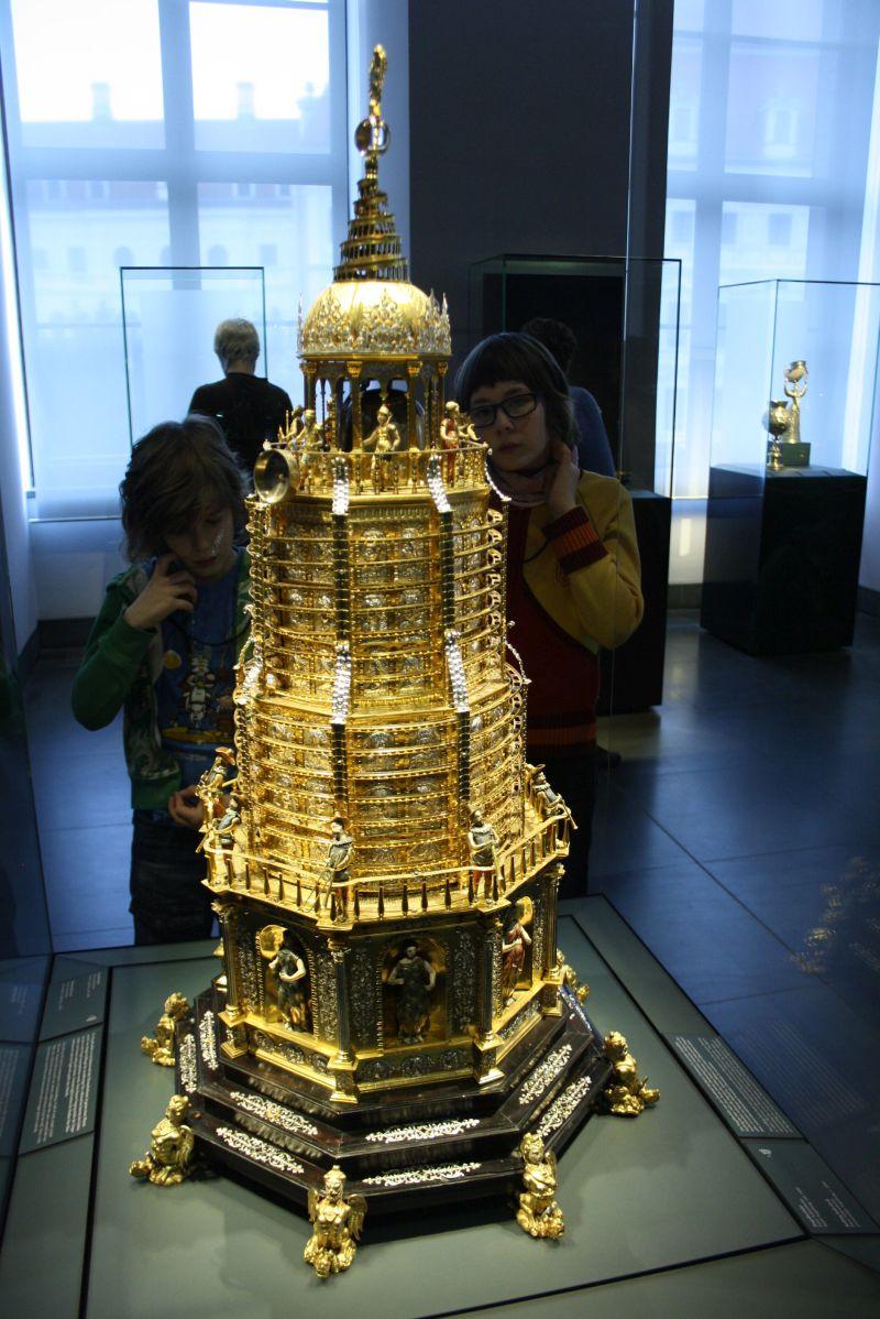 Nach Dresden reisen trotz Pegida: Das Grüne Gewölbe ist eine echte Schatzkammer voller Protz und Prunk in teils absurden Ausmaßen. Die goldene Kugelbahn mit Uhrwerk und mechanischen Spielereien fasziniert die Jungs besonders.