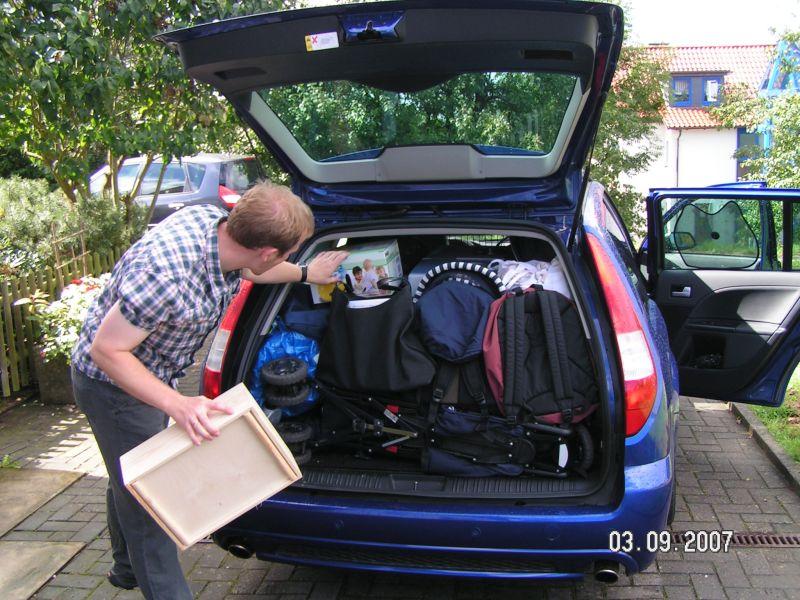 Kofferraum packen für den Familienurlaub