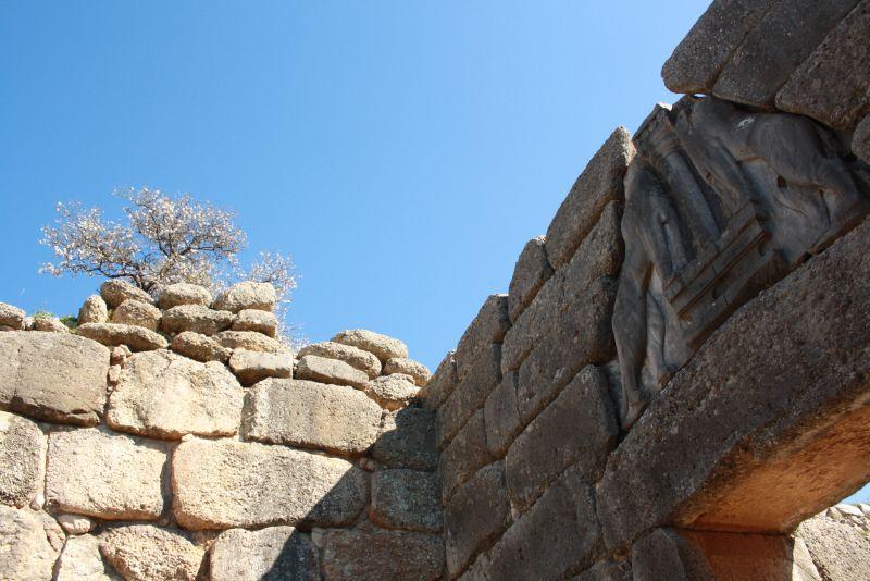 Das berühmte Löwentor von Mykene aus der Bronzezeit - mit Mandelbaum.