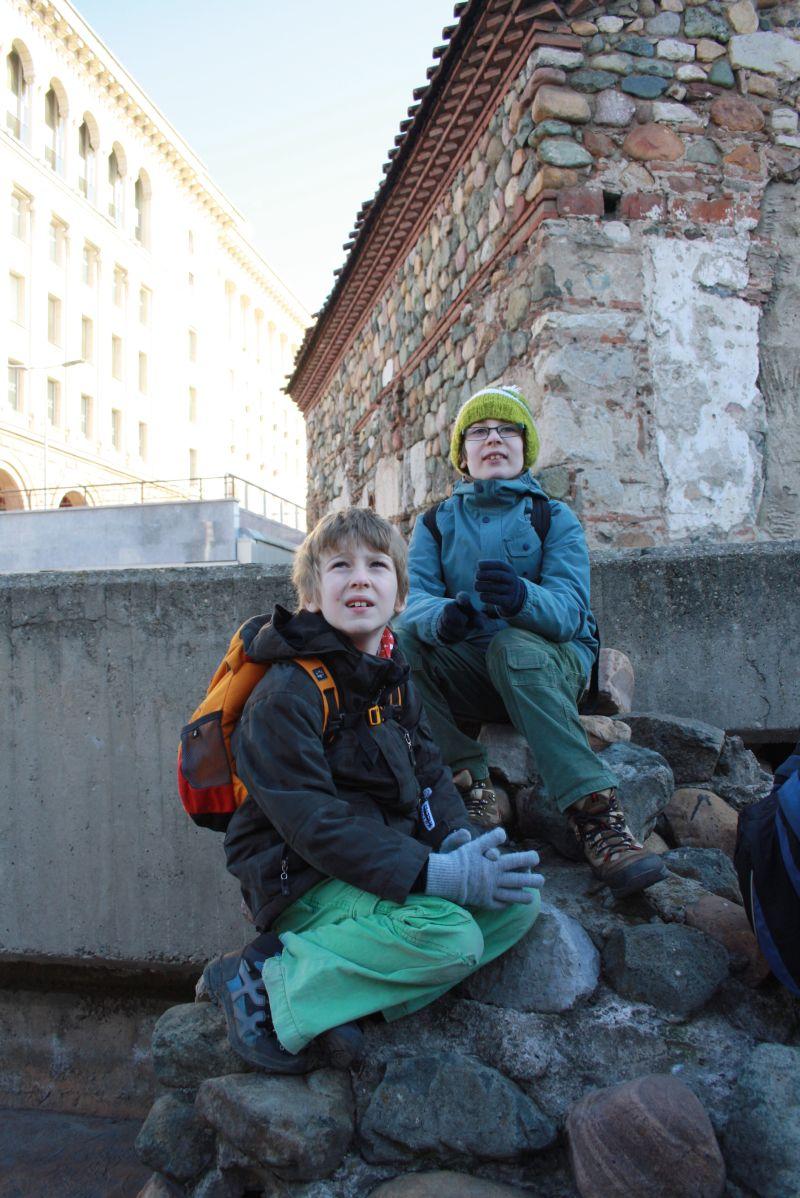 Unsere Jungs bei der Stadtführung durch Sofia: durchaus interessiert und guter Dinge.