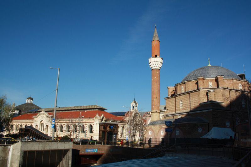 Die vorherrschende Religion ist das orthodoxe Chistentum, immer gewesen. Aber auch Moscheen gehören zum Stadtbild dazu (hier in Sofia).