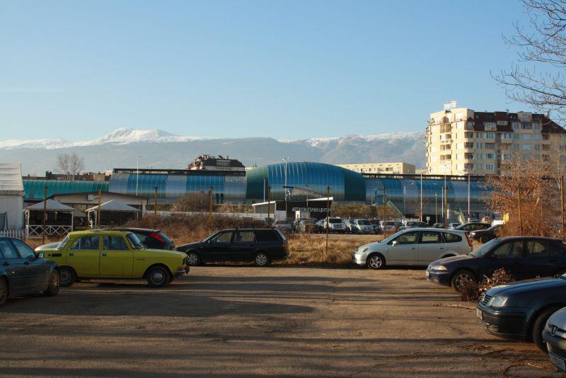 Ein unbewachter Parkplatz am Bahnhof in Sofia. Dort haben wir drei Tage lang das Auto stehen lassen, um ins Zentrum zu fahren. Kein Problem.